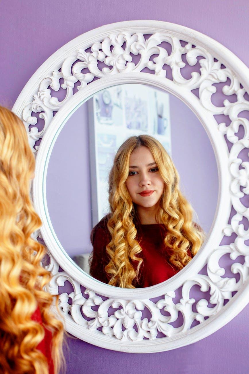 espelho com moldura branca em bh